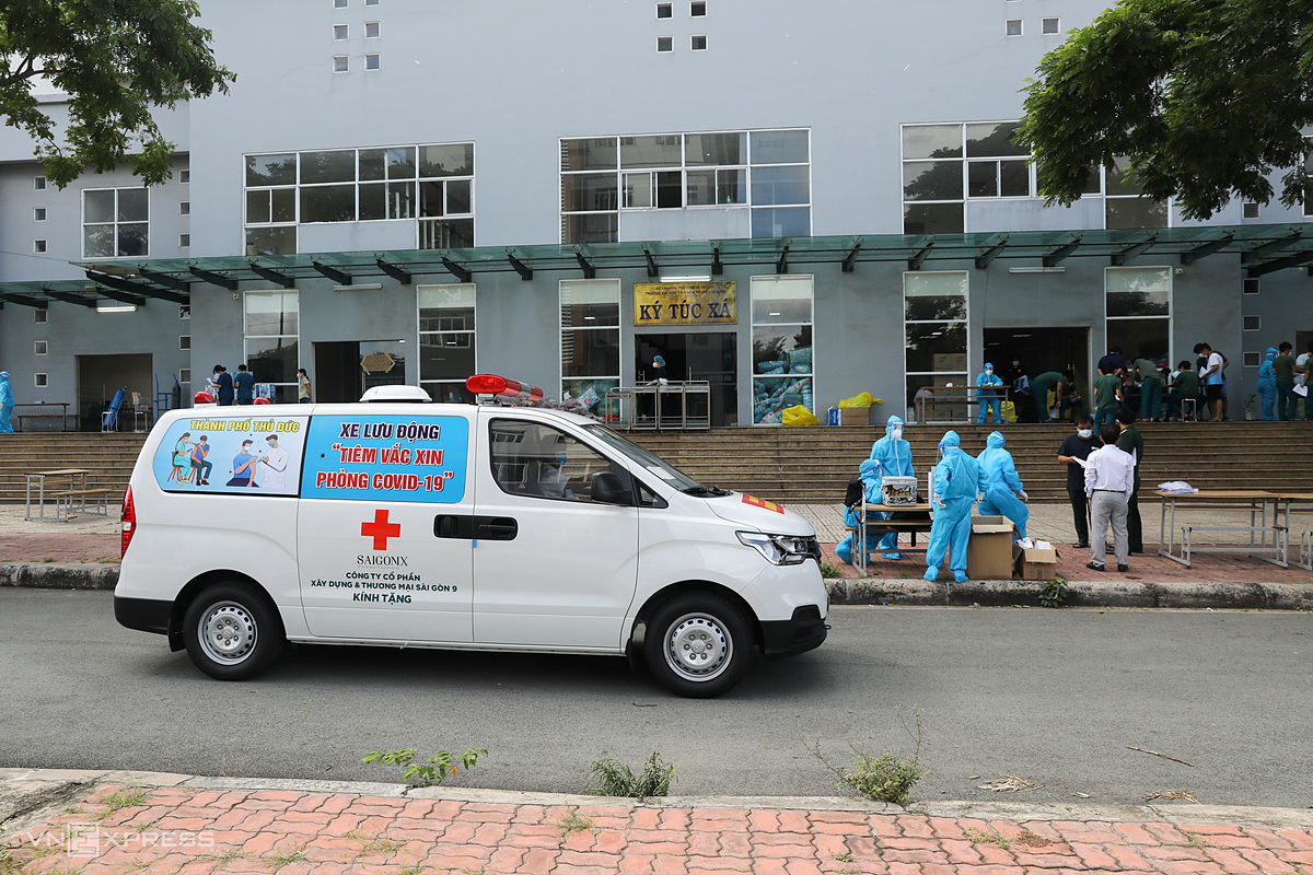 At 8:30 a.m., the van arrives at an quarantine area in the dormitory of the University of Culture in Phuoc Long A Ward, 10 km from Le Van Thinh Hospital. After getting off the vehicle, medical staff quickly put on their protective suits before beginning to administer the vaccine doses.