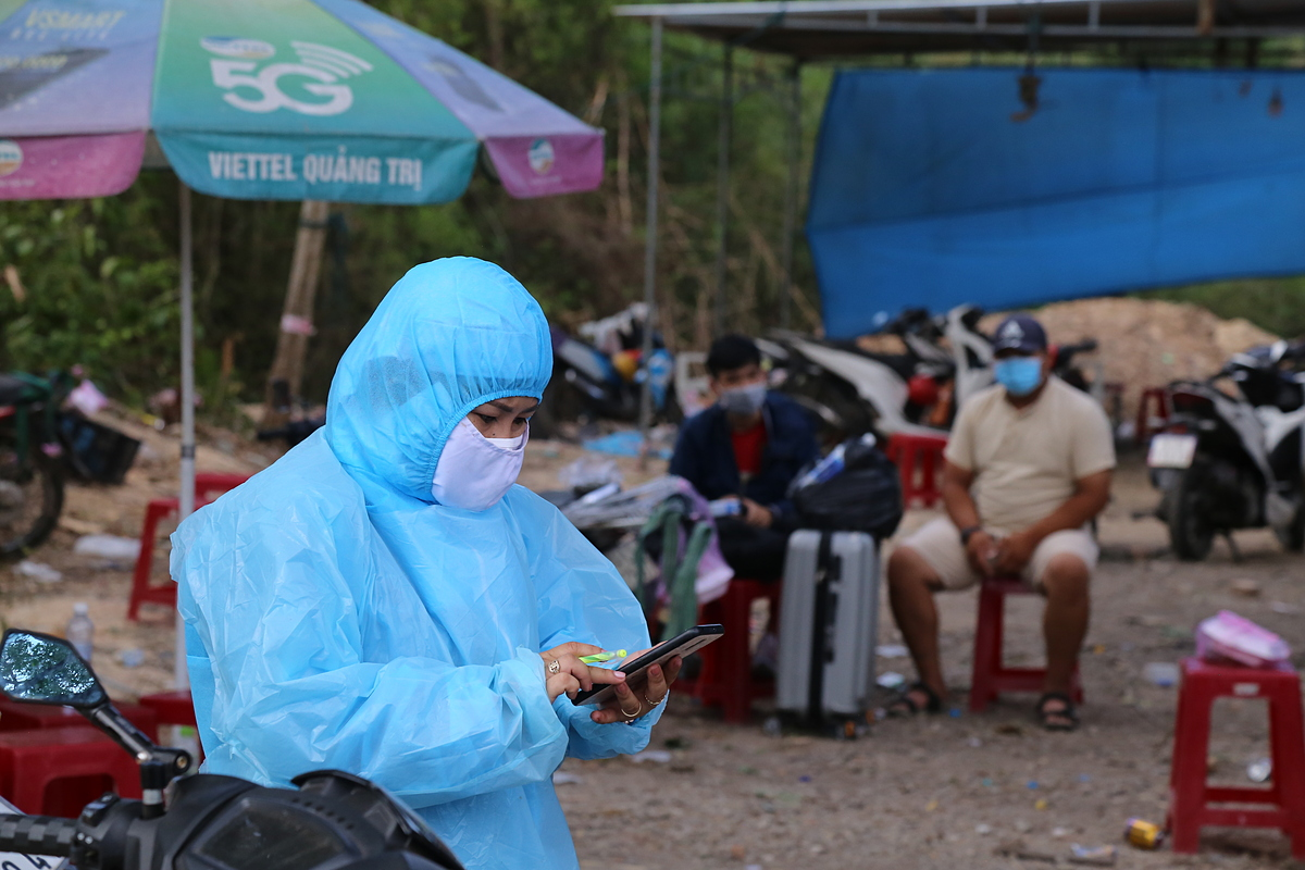Nguyen Thi Thu Hoai, a medical staff in Hai Lang District, said the checkpoint is was duty round the clock to receive people from southern localities.In recent days, a large number of people have come, overloading those on duty at the checkpoint, as well as temporary quarantine facilities.   Because of contact with many people, it is impossible to distinguish who have contracted the virus and those who have come into contact with Covid cases. Therefore, we are easily exposed to the virus, Hoai said.