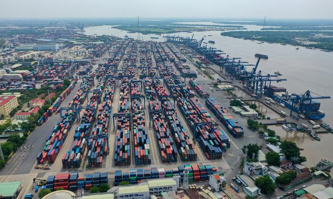 HCMC port stops receiving bulk cargo amid container pileup