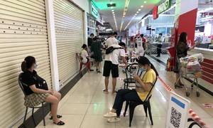 Hanoi supermarkets limit customer numbers
