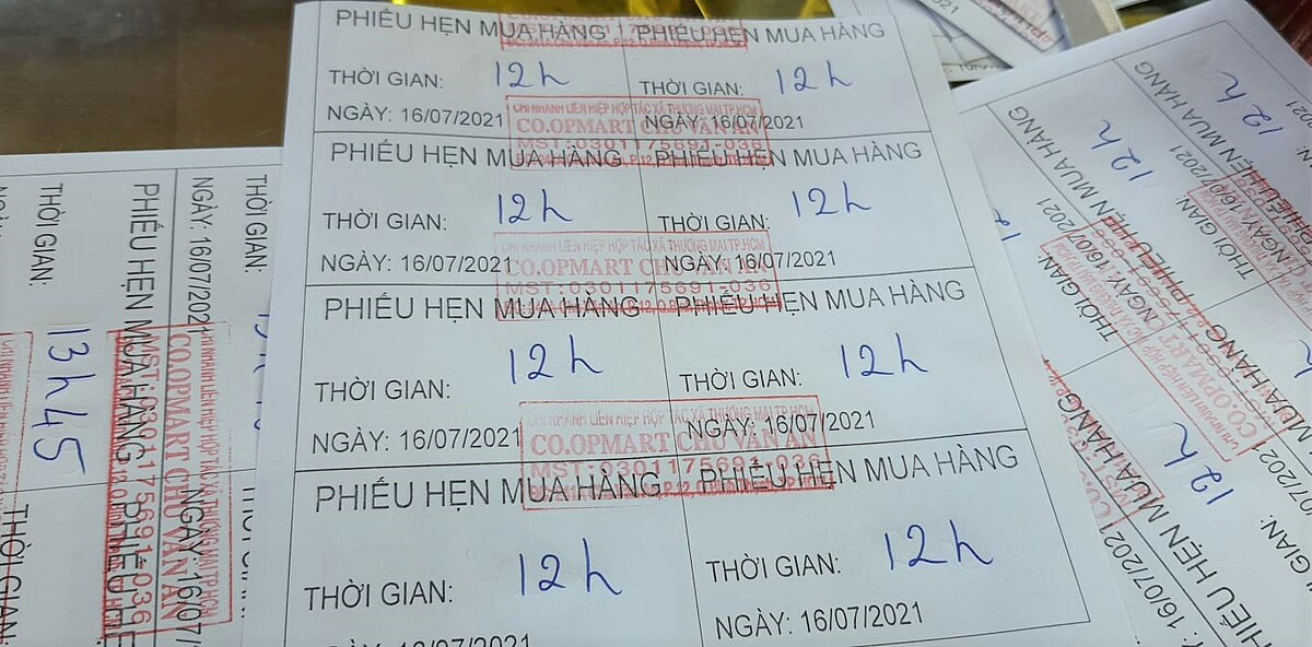 Tickets issued by a supermarket to organize shopping time. Photo by VnExpress/LInh Dan.