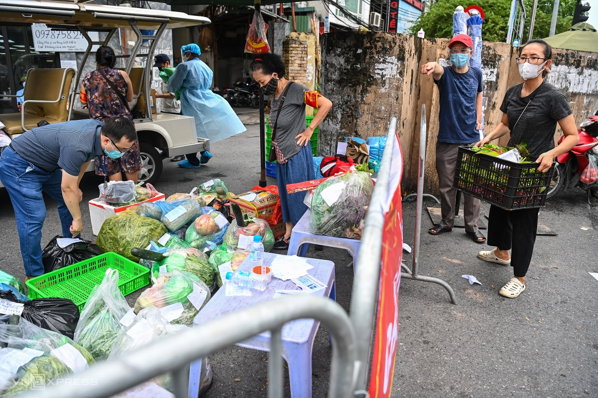 Food and groceries given to people in Chuong Duong Ward are gathered and sanitized at the checkpoint.