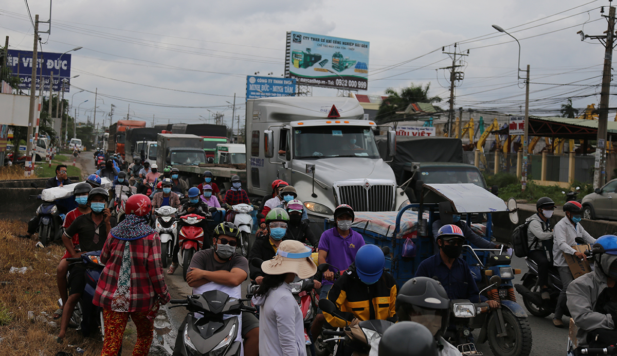 People leave Saigon hours before the semi-lockdown. Photo by VnExpress/Tat Dinh.