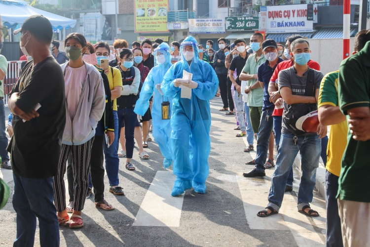 People are waiting for Covid-19 test in Go Vap District, HCMC, July 6, 2021. Photo by VnExpress/Quynh Tran.