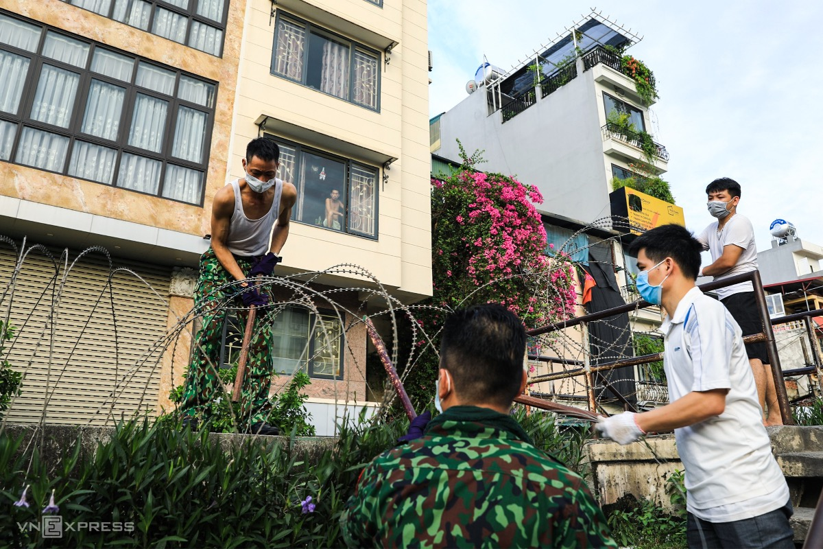 The entire Chuong Duong Ward of Hoan Kiem District, home to 23,000 residents, has been locked down starting July 31 following the detection of a high-risk coronavirus case.  To control the area and stop people from coming into close contact with outsiders, the local authorities must install barbed wire along Hong Ha Street on the afternoon of August 1.