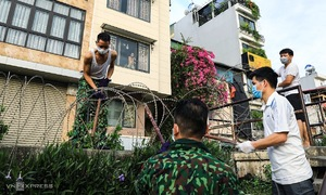 Hanoians scale barbed wire fence amid coronavirus lockdown