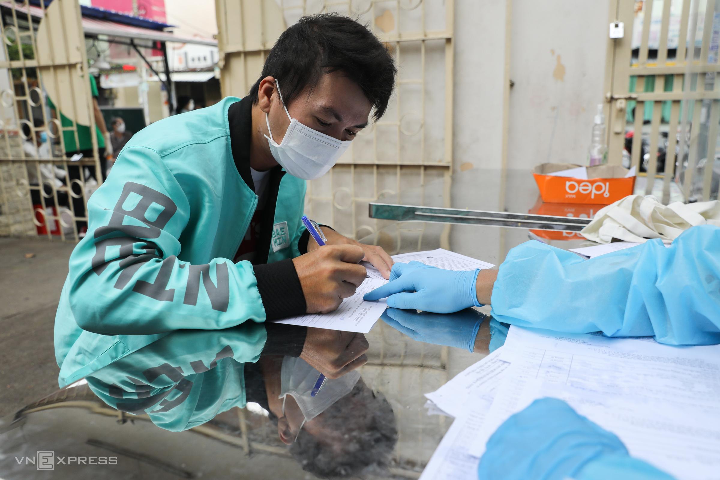 Shippers in HCMC receive Covid vaccine jab