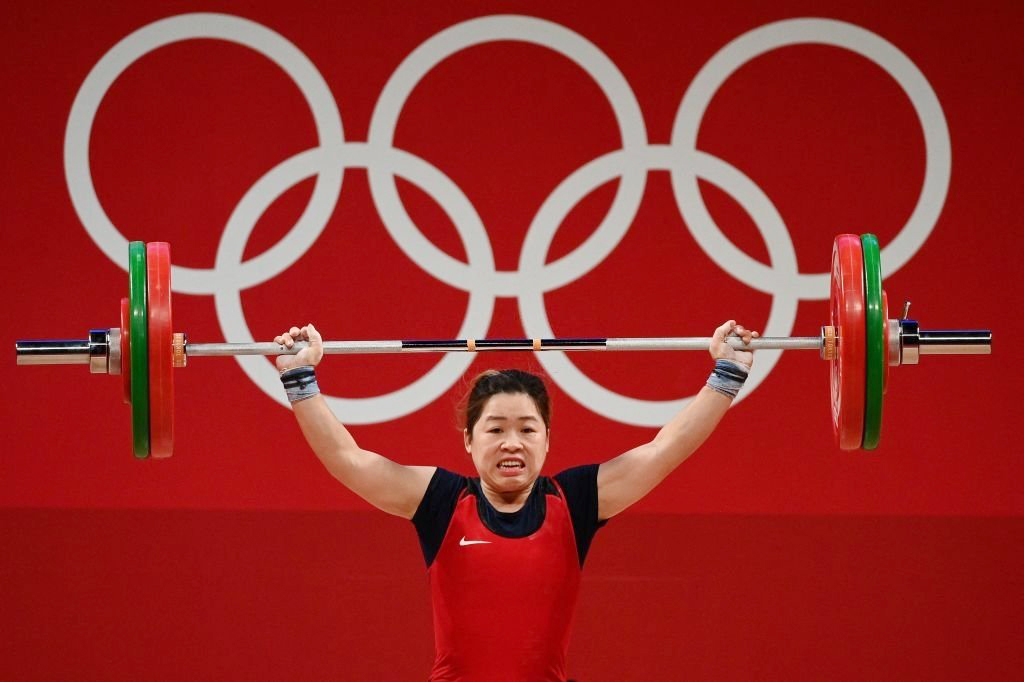 Hoang Thi Duyen lifts a total of 208 kg at Tokyo Olympics on July 27, 2021. Photo by Reuters.