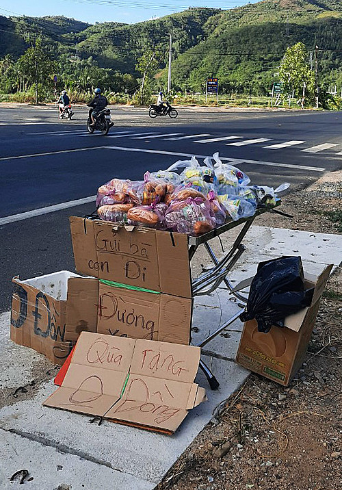 Ngo Thi Bich Thuyens zero dong food support station on National Highway 1A in the territory of Song Cau Town, Phu Yen Province. Photo courtesy of Thuyen.