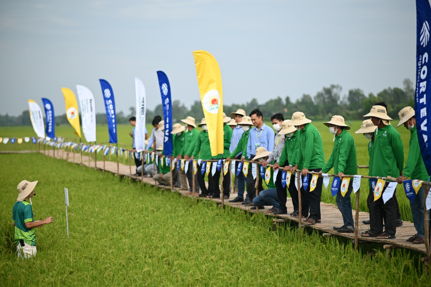 Corteva engineer shares practical experience with farmers. Photo by Corteva Agriscience.