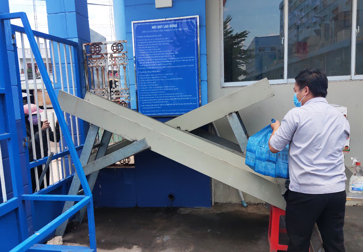 A slide system used to ensure contactless delivery in a factory of Casumina in the southern province of Binh Duong. Photo by VnExpress/An Phuong.