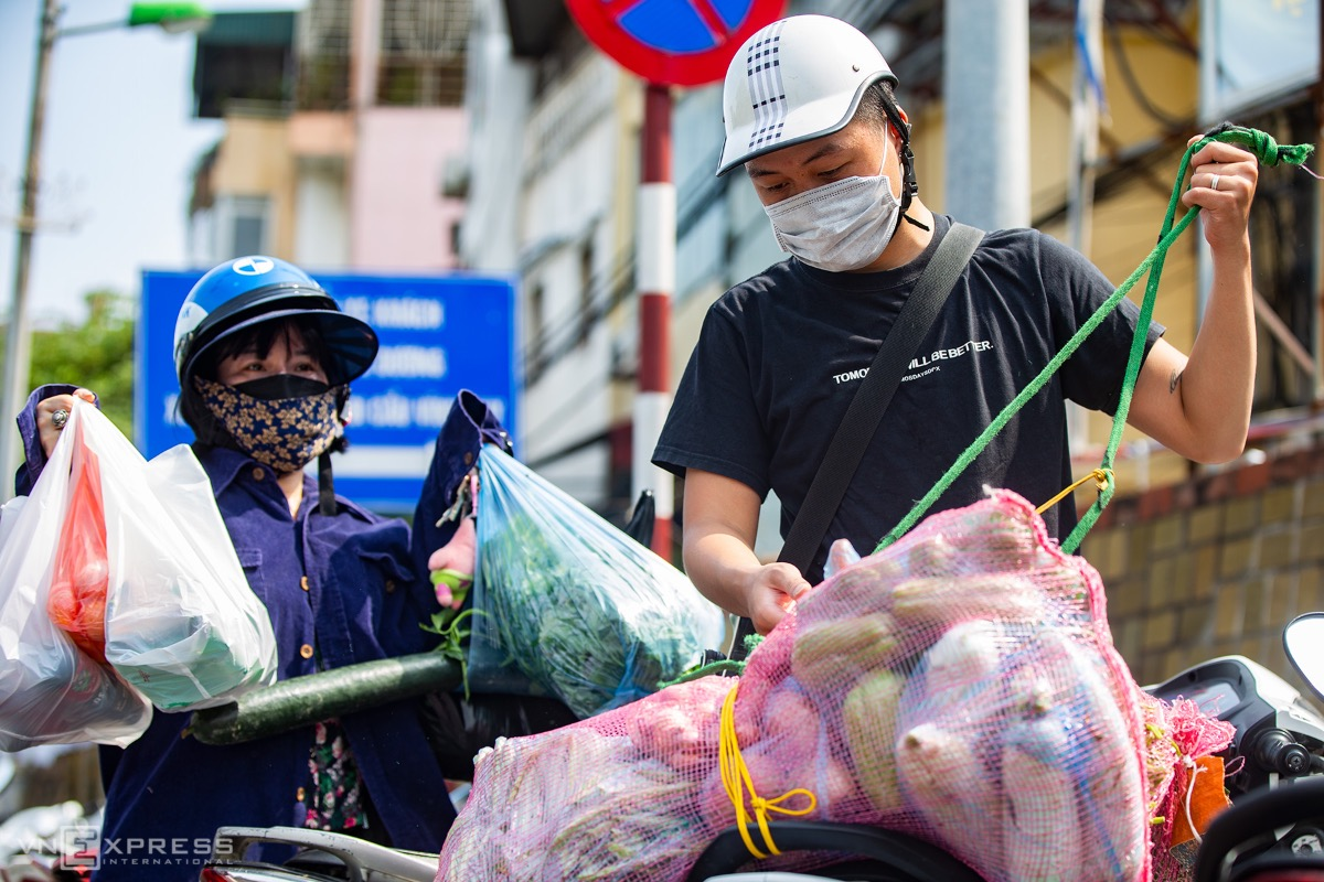 My aunt lives in this locked-down area, so I bring her vegetables. But I have no idea about the rule requiring packages to be less than five kiograms, said Quach Ngoc Tien, a Long Bien District resident.