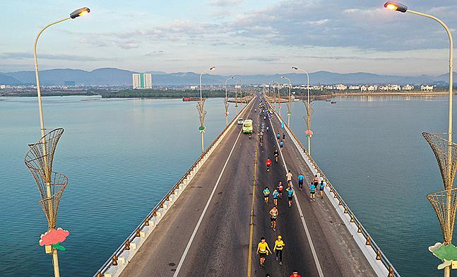 Athletes run on Thi Nai Bridge in VnExpress Marathon Quy Nhon 2020. Photo by VnExpress.