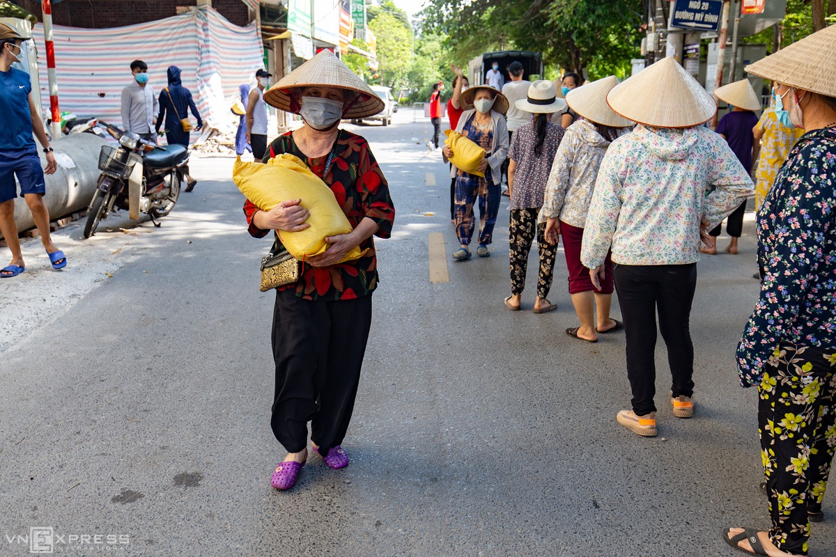 Most of the receivers are old people or those losing jobs to the pandemic. Each of them receives 10 kilograms of rice or a box of instant noodles.