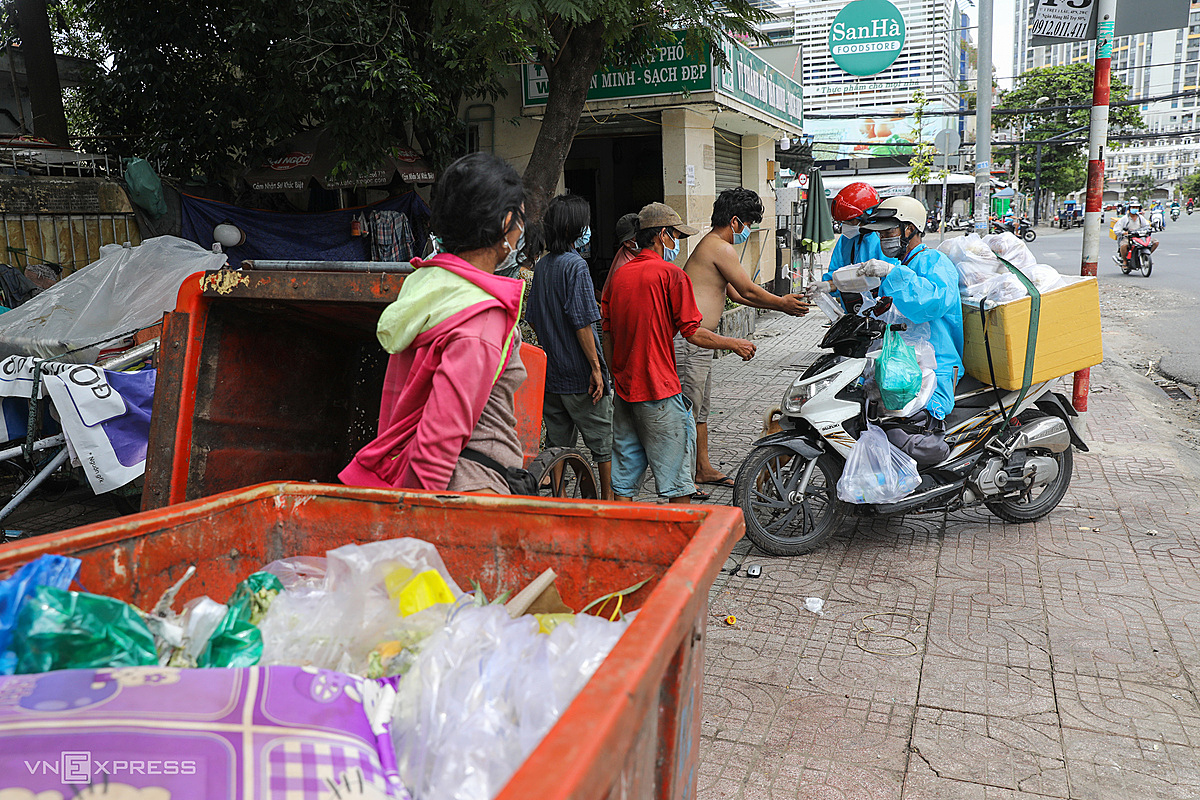 Having just finished distributing rice to security guards, Mr. Dungs team went across the street to take care of lunch for homeless people living next to a garbage collection point. This whole month, the groups meals helped them endure the pandemic.