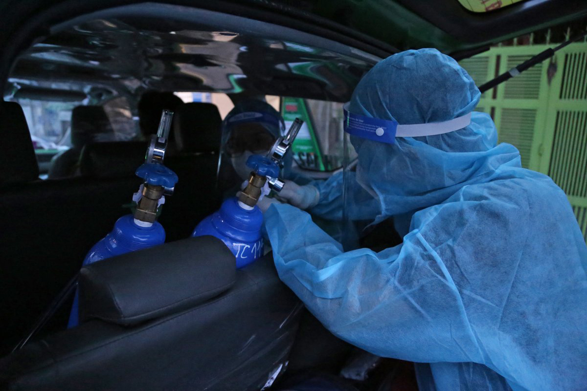 Oxygen tanks on a taxi cab that has been modified to transfer Covid-19 patients. Photo by VnExpress/Dinh Van