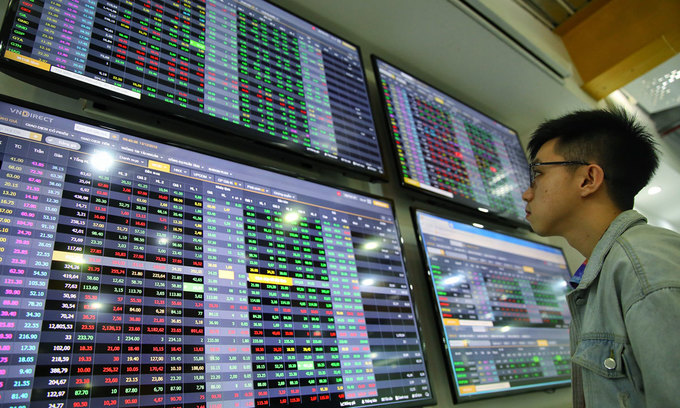 VN-Index inches up, most blue chips fall