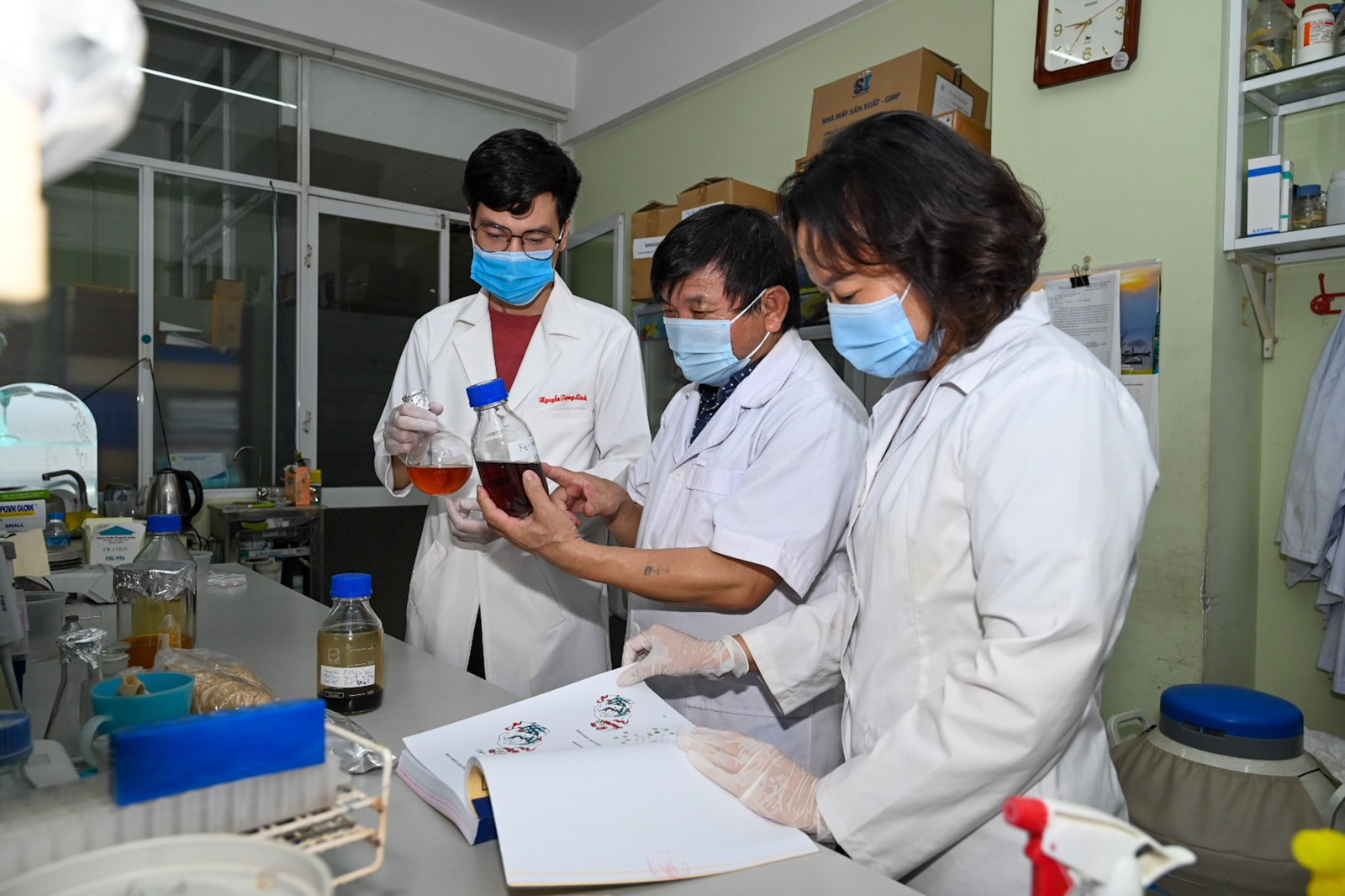Associate Professor and Doctor Le Quang Huan (C) and his colleagues at the Institute of Biotechnology under the Vietnam Academy of Science and Technology. Photo by the institute.