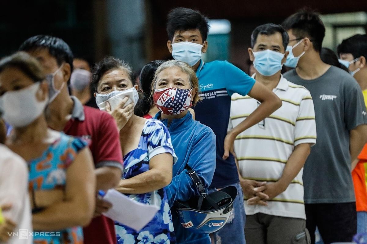 Saigonese wait to have Covid-19 tests in Saigons Binh Tan District, June 22, 2021. Photo by VnExpress/Huu Khoa.
