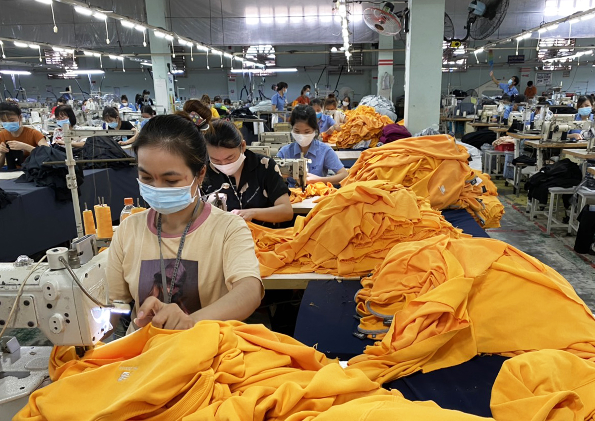 Workers make garment products in textile company Thanh Cong in Phu Duc District, Ho Chi Minh City. Photo by VnExpress/An Phuong.