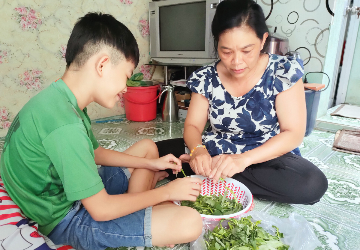 For the past two months, Tran Thi Ngoc Nhan and her son have been relying on donated food packages to get by. Photo by VnExpress/An Phuong.