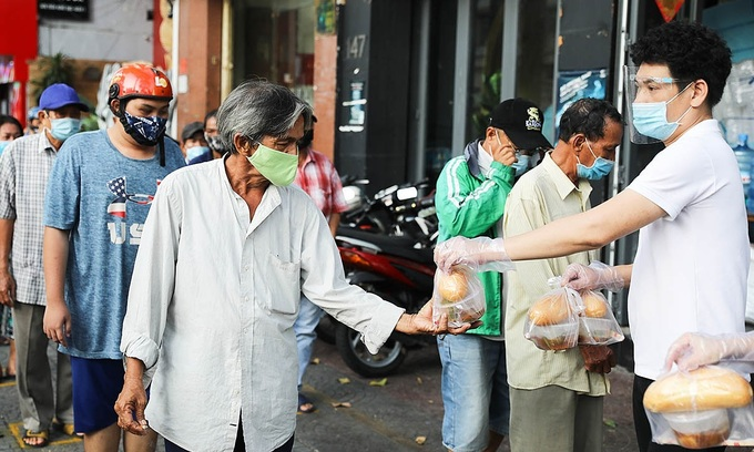 People affected by Covid-19 receive charity meals in HCMCs District 1, June 2021. Photo by VnExpress/Quynh Tran.
