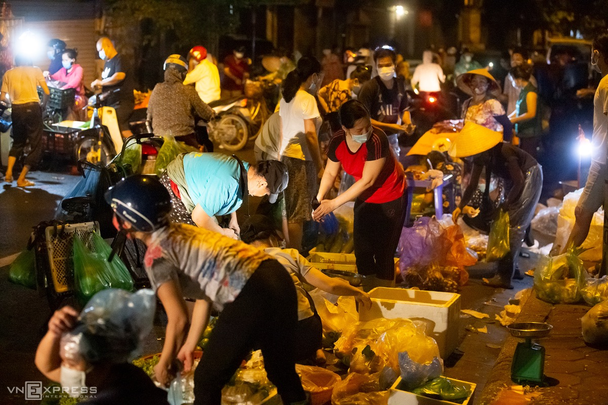 A street market on Nga Tu So Street is packed with early risers Thursday morning, even though the city has banned street markets to contain the Covid-19 outbreak.