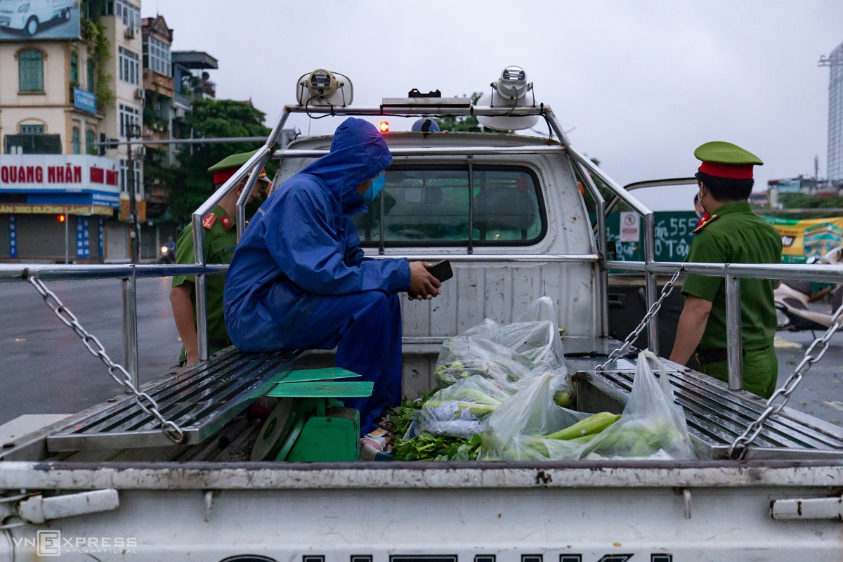 Police seize vegetables sold in an illegal street market.After two weeks of implementing Directive 16, that requires people to stay at home and only go out for necessities such as buying food or medicines or to work at factories or businesses that are allowed to open, initially, Hanoi has extended it until August 23.As of Friday morning, Hanoi has recorded 2,258 Covid cases in the current outbreak, starting on April 27.