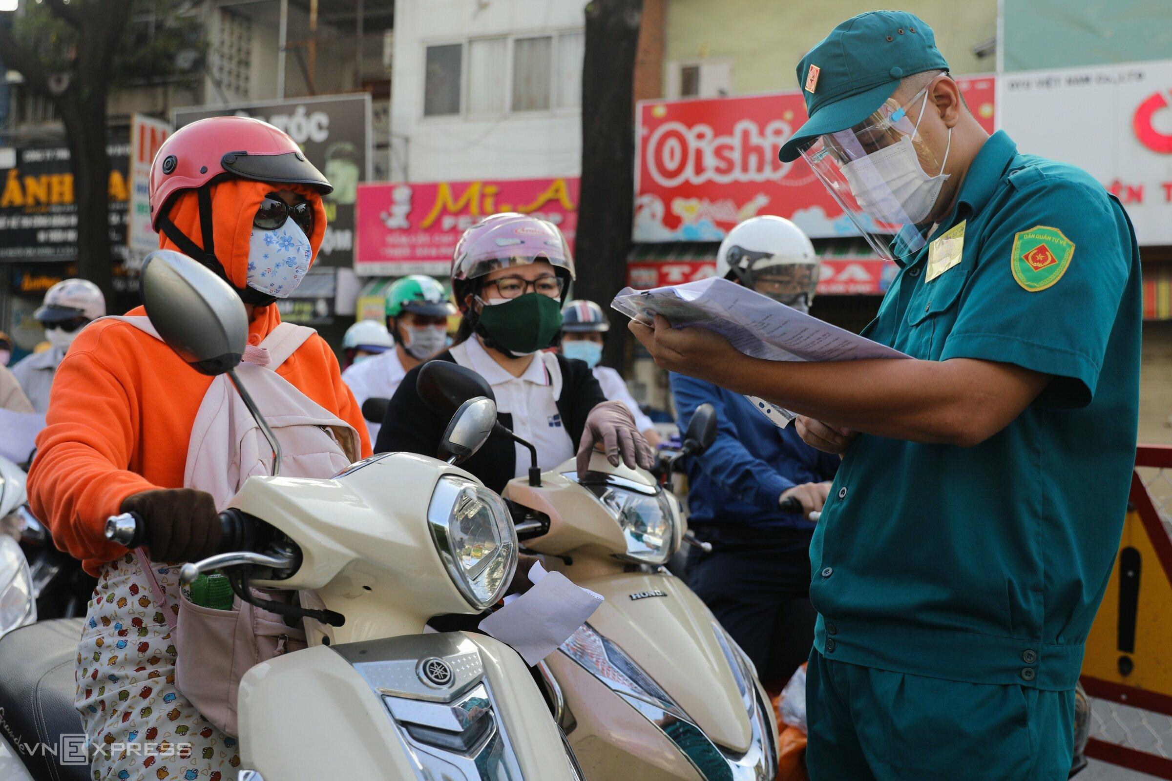 HCMC streets bustle despite social distancing restrictions