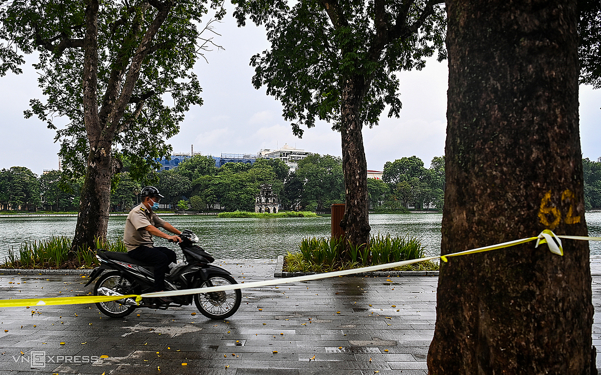 Authorities stretched ropes around Hoan Kiem Lake to prevent people in the old town and surrounding areas from walking out here to exercise. Security forces constantly patrol to remind violations.After two weeks of applying Directive 16, from August 6, Hanoi will continue the city-wide social distancing until 6 a.m. on August 23.
