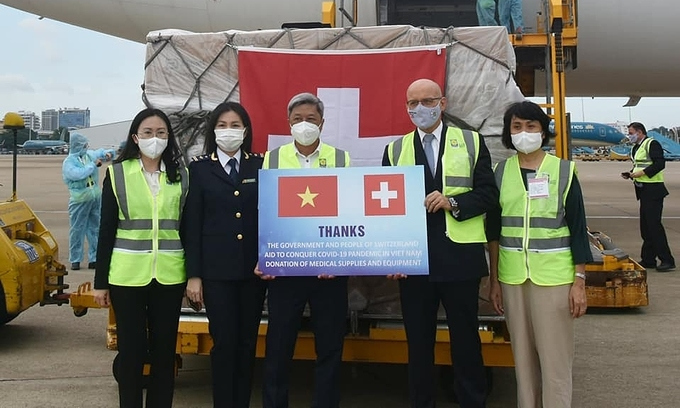 Vietnam receives $5.3 mln in medical equipment aid from Switzerland