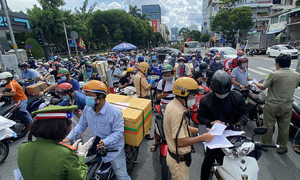 Travel declaration rule jams HCMC Covid-19 checkpoints