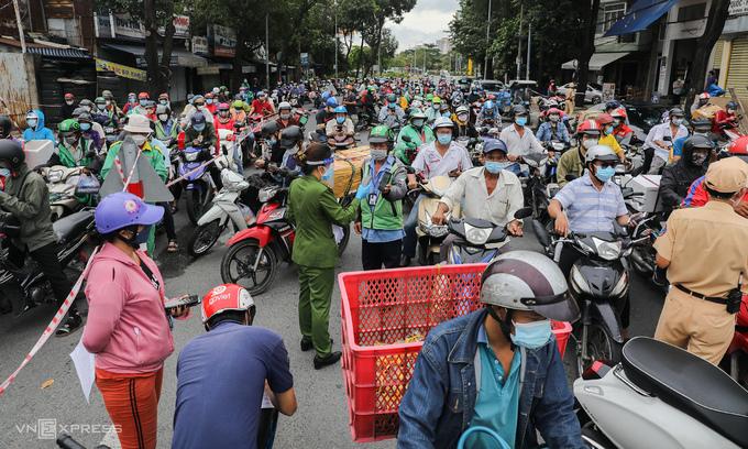 Traffic pileups cause HCMC to hastily revoke Covid travel declaration