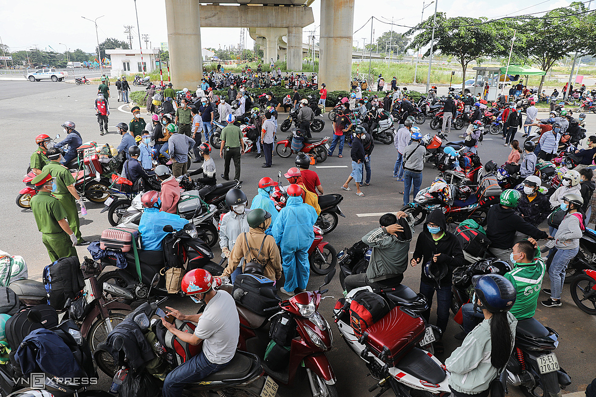 Police at a checkpoint near Suoi Tien Park on the Hanoi Highway block people trying to rush back to their hometowns on August 15, 2021. Photo by VnExpress/Quynh Tran