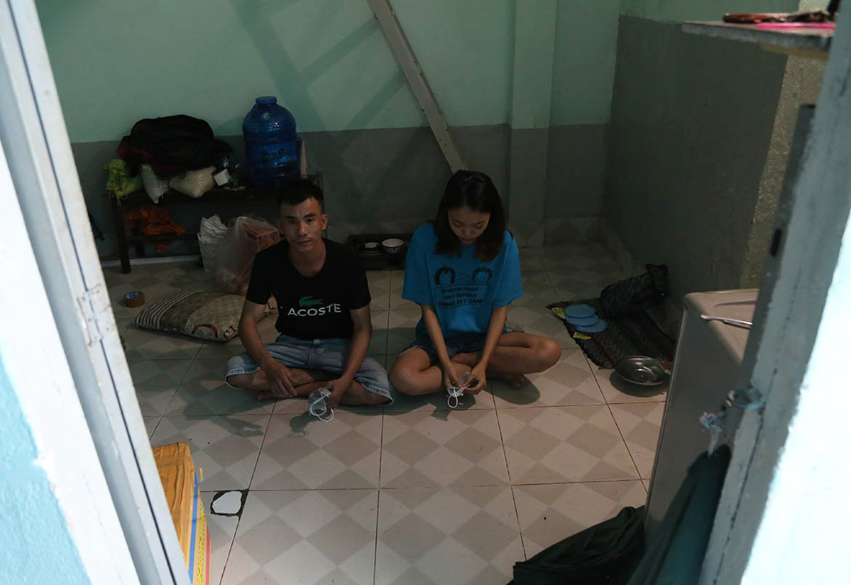 Le Thi Quynh and her husband return to their 10-square-meter rented room. Photo by VnExpress/Dinh Van