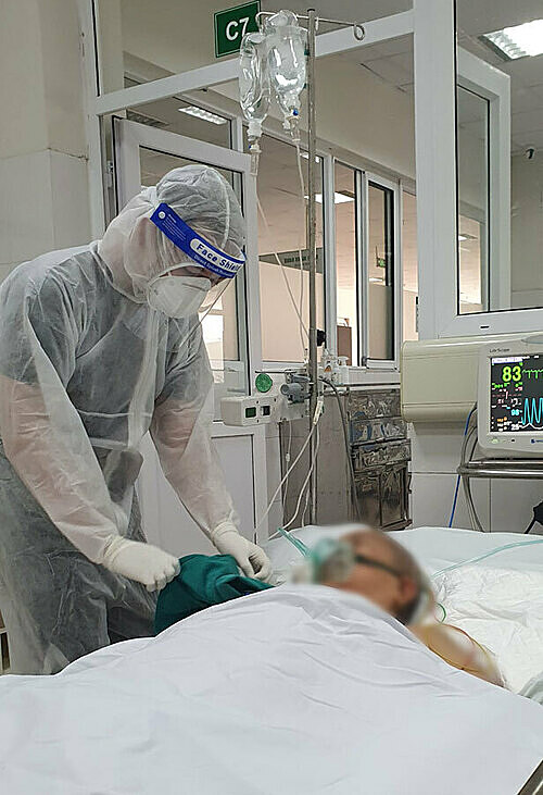 Dr Le Van Thieu cares for the 71-year-old elderly woman on August 14, 2021. Photo courtesy of Thieu