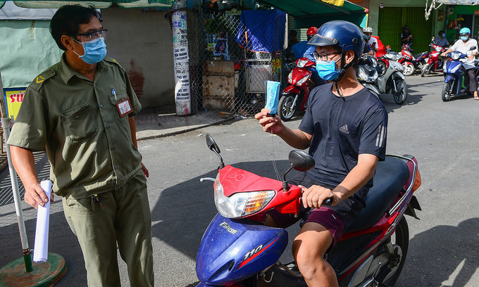 People in HCMC find checkpoints between them and food, medicines