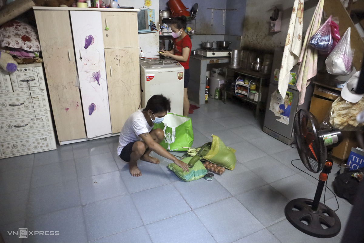 A resident of central Binh Dinh Province, Nguyen Van Bao, 33, stays with his wife and six-year-old daughter in a rented apartment of 40 square meters in Vinh Phuoc Ward. A mechanic, Bao has remained unemployed for more than a month while his wife who works at a coffee shop has been in the same situation. The family of three has kept themselves at home and avoided going out as much as they could. Bao's wife Nguyen Thi Ngoc Loan, 28, said there have been days when the family ran out of food and had to rely on instant noodles. She added they have received support from many benefactors who gave them rice and food.All we want now is for this outbreak to be controlled and everything to return to normal.