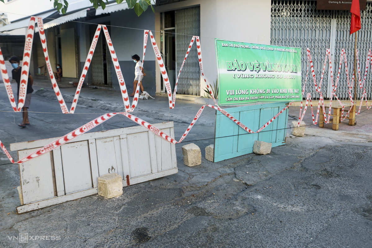 A makeshift barrier built by local people with permission from authorities to protect an area where no infections have been found on Tran Nhat Duat Street of Phuoc Hoa Ward. In its Covid-19 fighting strategy, Nha Trang is making use of a seven-day lockdown to test local residents and separate all Covid-19 cases from the community.