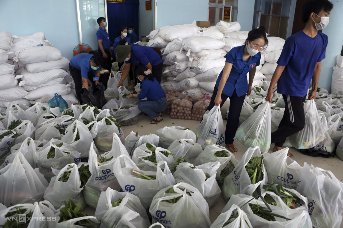 Volunteers from Khanh Hoa's Communist Youth Union prepares packages of food for the poor.