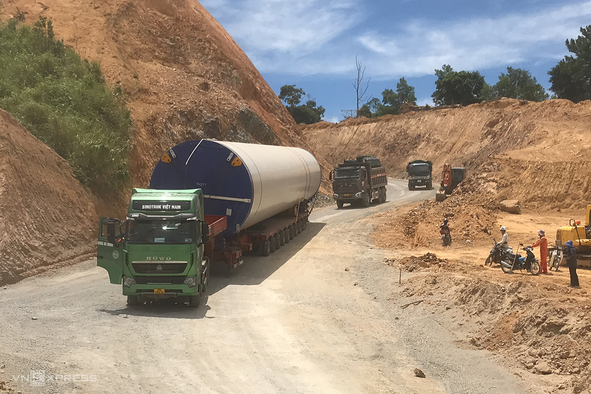 A truck carries a part of a wind tower in Quang Tri Province. Photo by VnExpress/Hoang Tao.