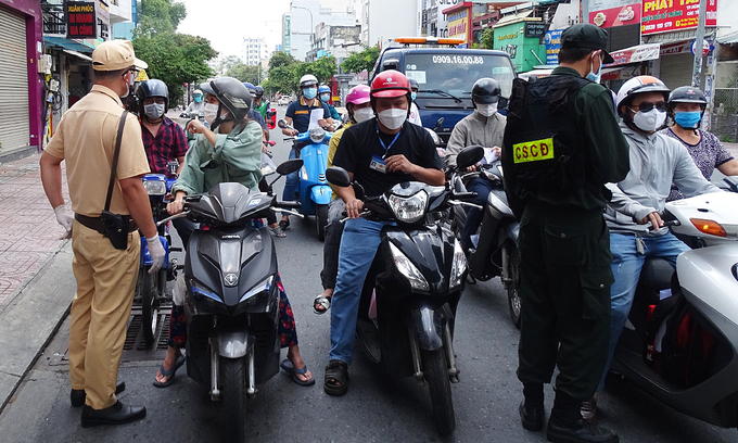 Vaccination, blocked roads increase HCMC traffic: official