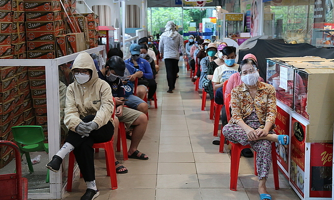 HCMC residents rush to stockpile food amid new restrictions