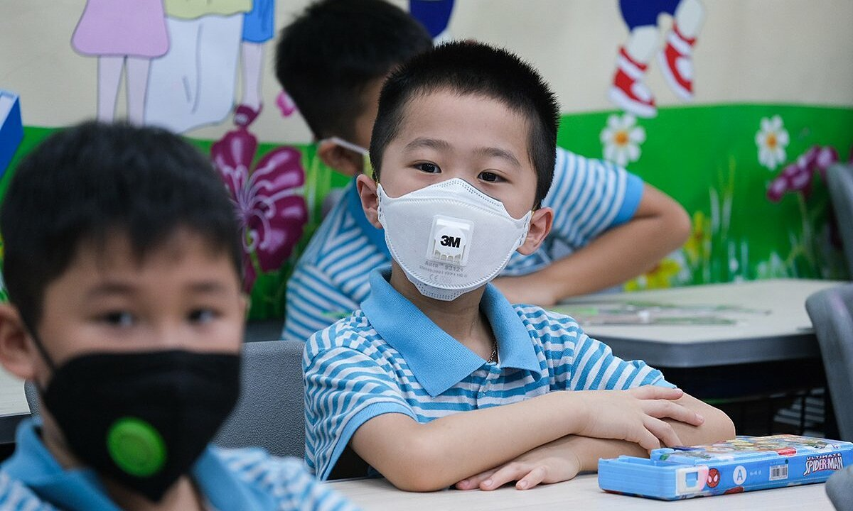 Students at a primary school in Hanoi wear masks in class in May 2020. Photo by VnExpress/Duong Tam