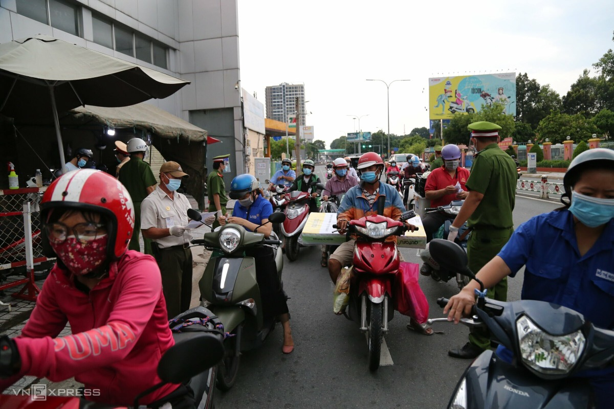 At a checkpoint located near Phu Nhuan crossroad, a dozen of policemen check approved documents of travelers, causing congestion. A policeman told VnExpress that since Friday noon, more people have traveled through the checkpoint, with most of them having vald reasons.
