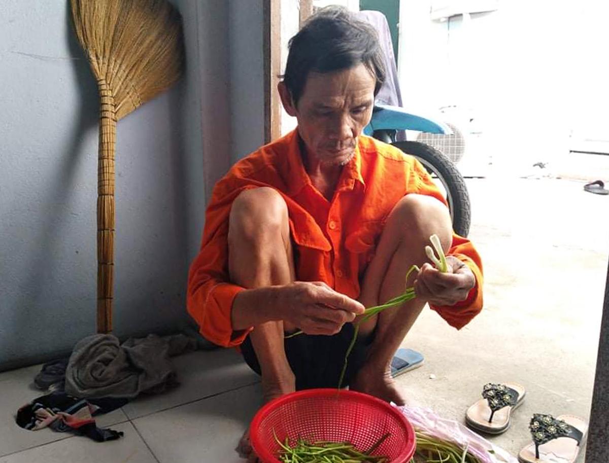 Ha Van Hong prepares food at his rented apartment in HCMCs District 12. Photo by VnExpress/An Phuong