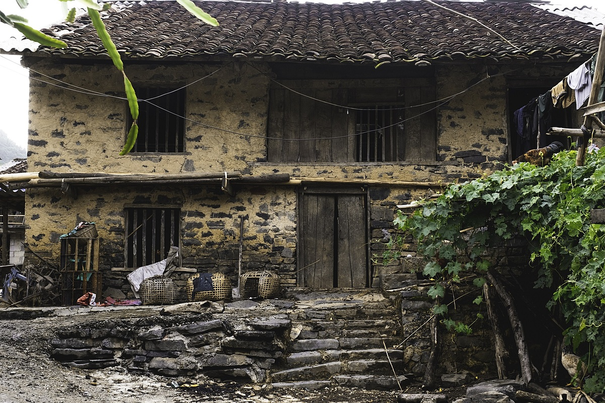 Time has left stone houses here untouched, characterized by yin-yang roof tiles and wooden doors.  In the years 1594 to 1677, when the Mac dynasty ruled over Cao Bang, stone houses were built for noble families and considered exclusive fortresses.