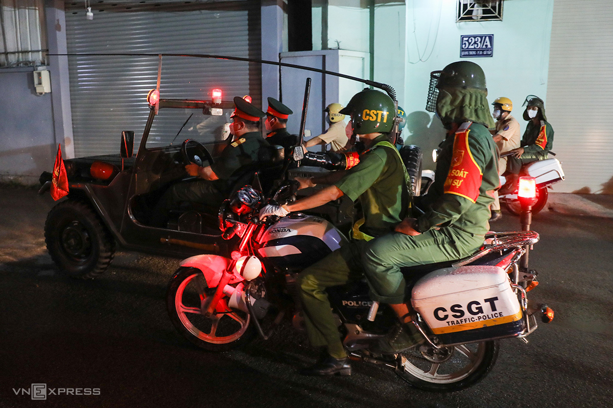 Soldiers join force with HCMCs traffic police to patrol Quang Trung Street in Go Vap District, August 23, 2021. Photo by VnExpress/Quynh Tran