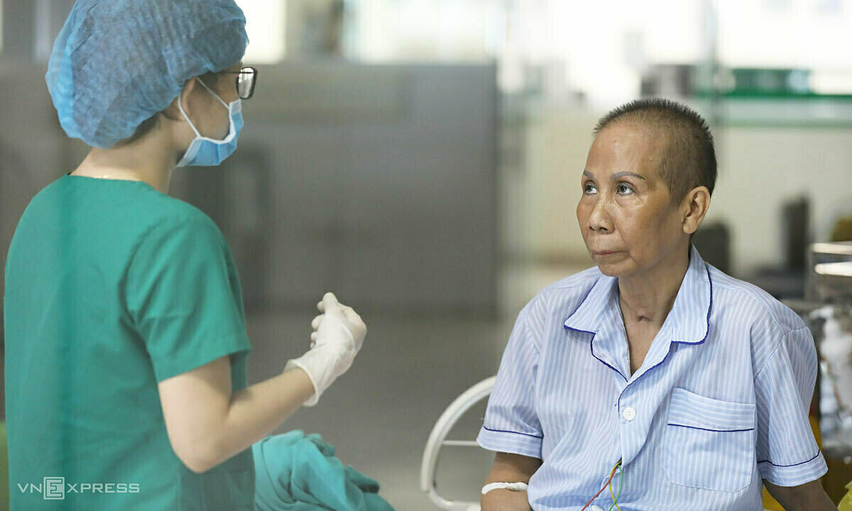 A Covid-19 patient (R) listens as a nurse talks to her about follow-up protocols as she is about to be discharged from Hanois National Hospital of Tropical Diseases, May 26, 2020. Photo by VnExpress/Ngoc Thanh