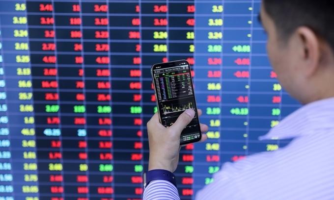 VN-Index slips as blue chips plummet